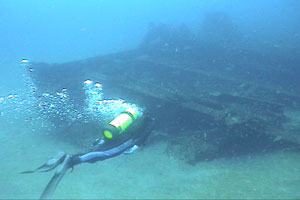 Diver swims to the Amidships section of the FW Abrams, Dive Hatteras photo